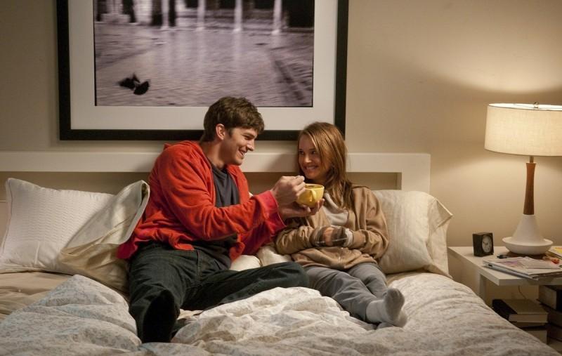 Ashton Kutcher e Natalie Portman nella commedia No Strings Attached