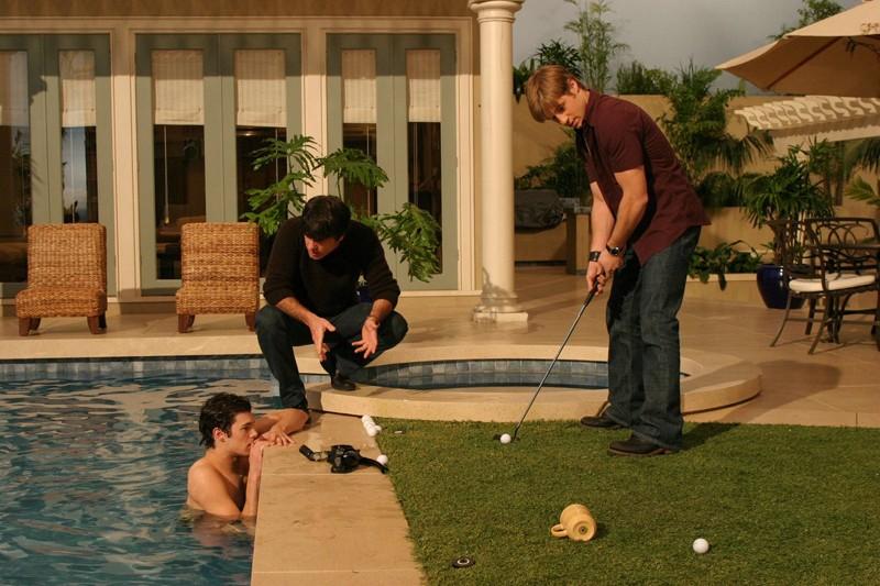B. McKenzie si allena a golf in compagnia di A. Brody e P. Gallagher in: Sul campo da golf di The O.C.