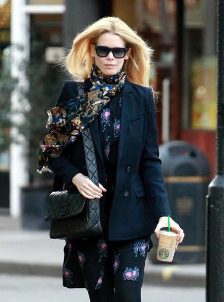 Claudia Schiffer con un caffè di Starbucks