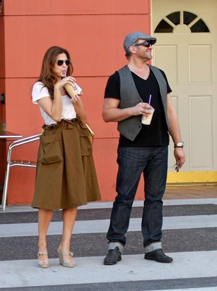 Eva Mendes, con un amico, beve il suo caffè ghiacciato del Coffee Bean & Tea Leaf