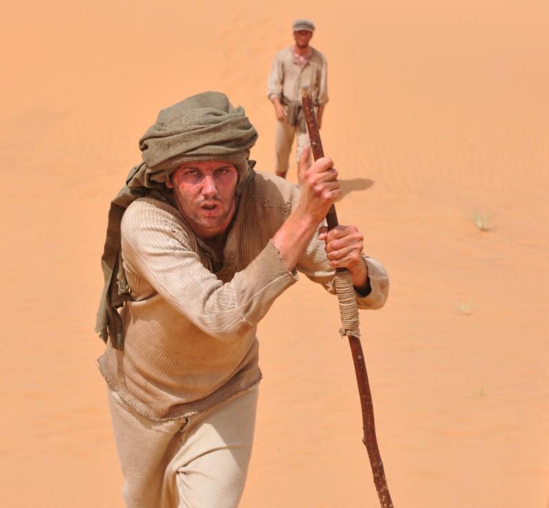 Jim Sturgess in un'immagine drammatica di The Way Back