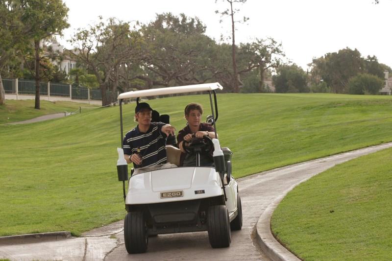 Luke (Chris Carmack) e Ryan (Benjamin McKenzie) su un Golf cart nell'episodio Sul campo da golf di The O.C.