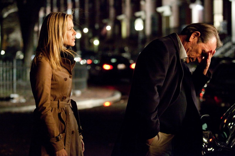 Maria Bello e Tommy Lee Jones in una scena del film The Company Men