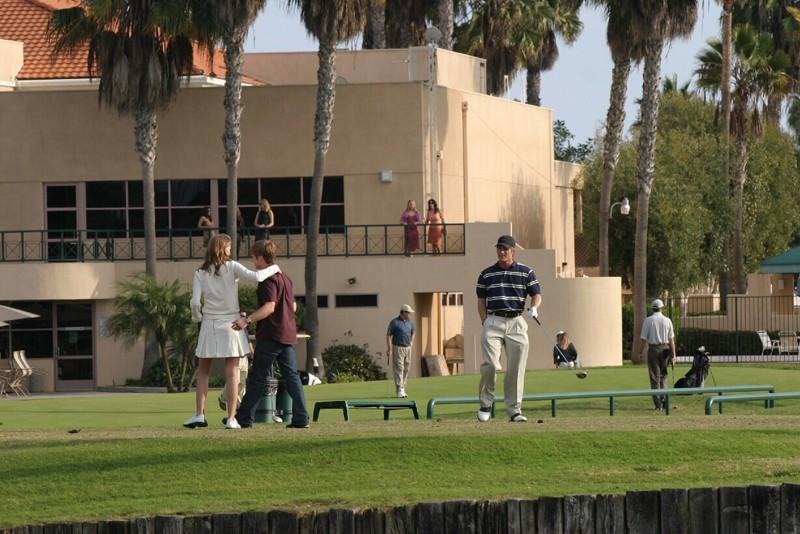 Marissa (M. Barton), Ryan (B. McKenzie) e Luke (C. Carmack) al Golf Club nell'episodio Sul campo da golf di The O.C.