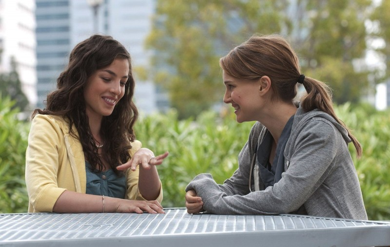 Olivia Thirlby e Natalie Portman nella commedia No Strings Attached