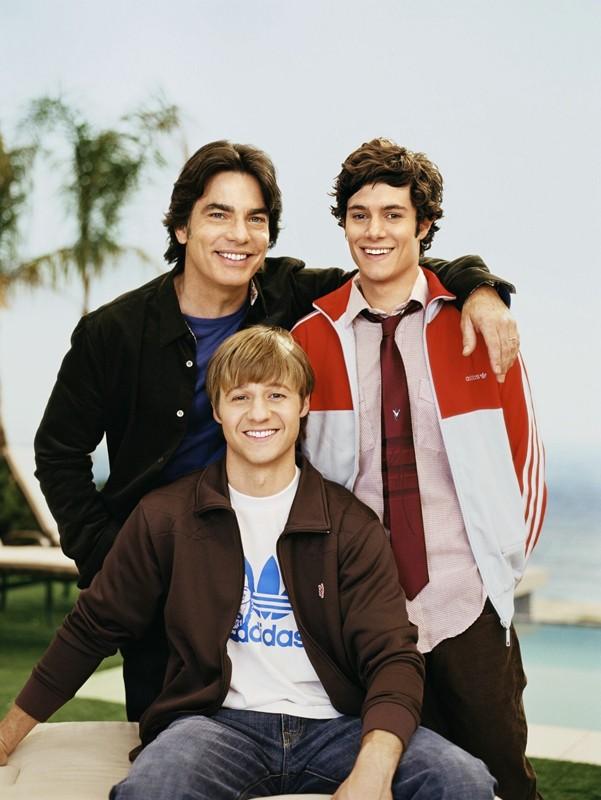Peter Gallagher, Adam Brody e Benjamin McKenzie in un'immagine promo di The O.C.