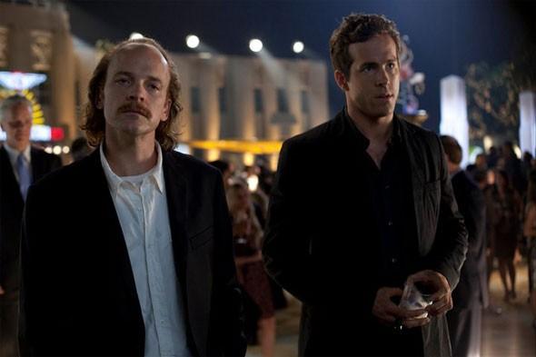 Peter Sarsgaard e Ryan Reynolds in una scena di Green Lantern