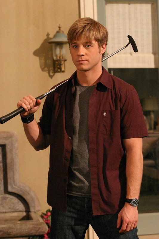 Ryan (Benjamin McKenzie) armato di mazza da golf nell'episodio Sul campo da golf di The O.C.