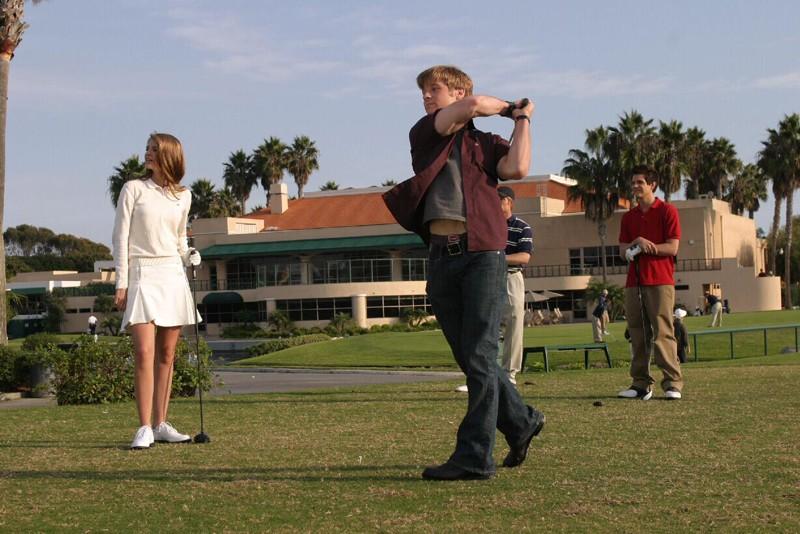 Ryan (Benjamin McKenzie) durante un lancio nell'episodio Sul campo da golf di The O.C.