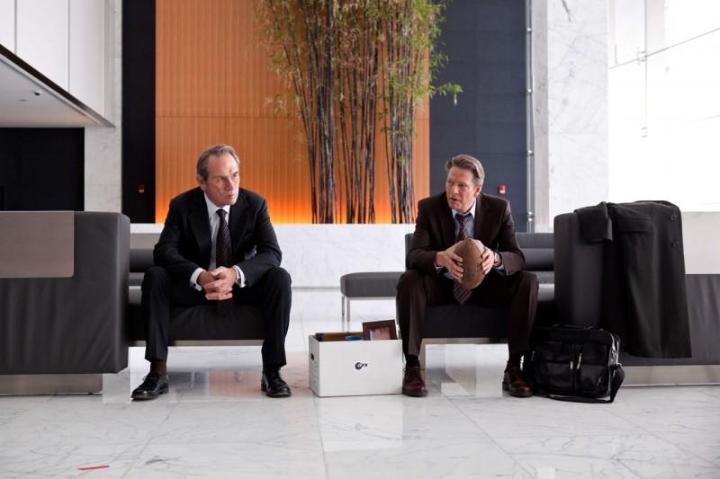 Tommy Lee Jones con Chris Cooper in una scena del film The Company Men