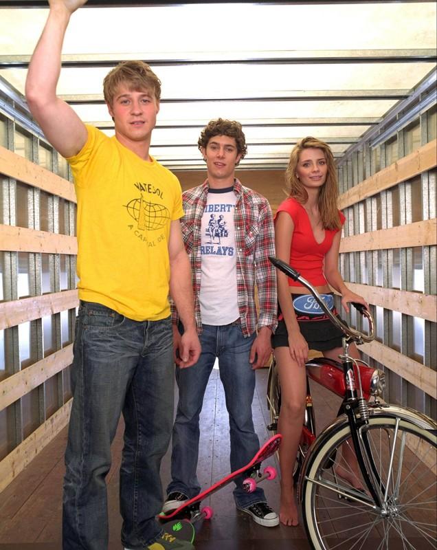 Una foto promo con Benjamin McKenzie, Adam Brody e Mischa Barton della season1 di The O.C.