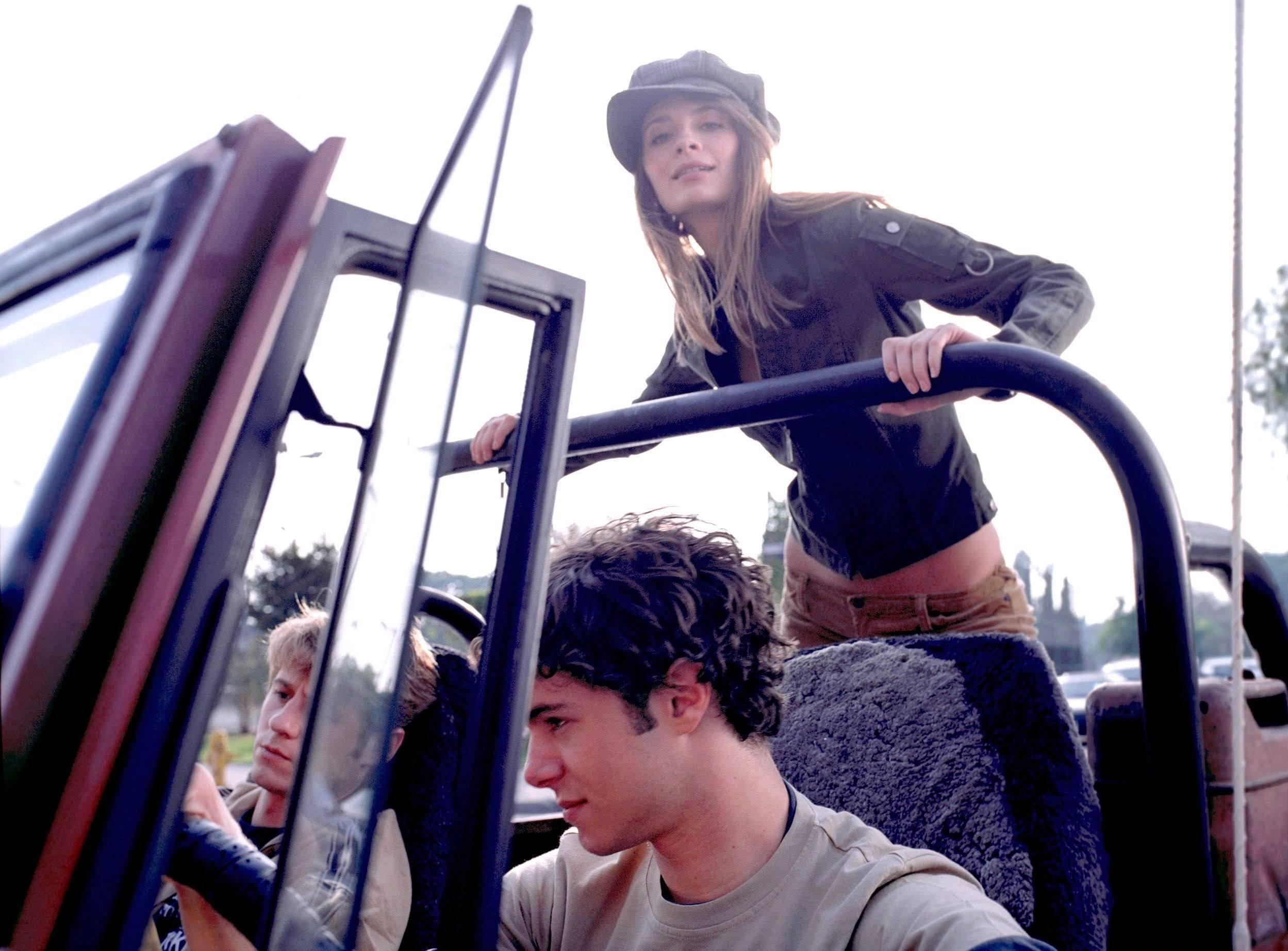 Wallpaper: Benjamin McKenzie, Adam Brody e Mischa Barton in auto per la serie tv The O.C.