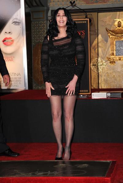 La popstar Cher lascia la sua impronta davanti al Grauman Chinese Theatre