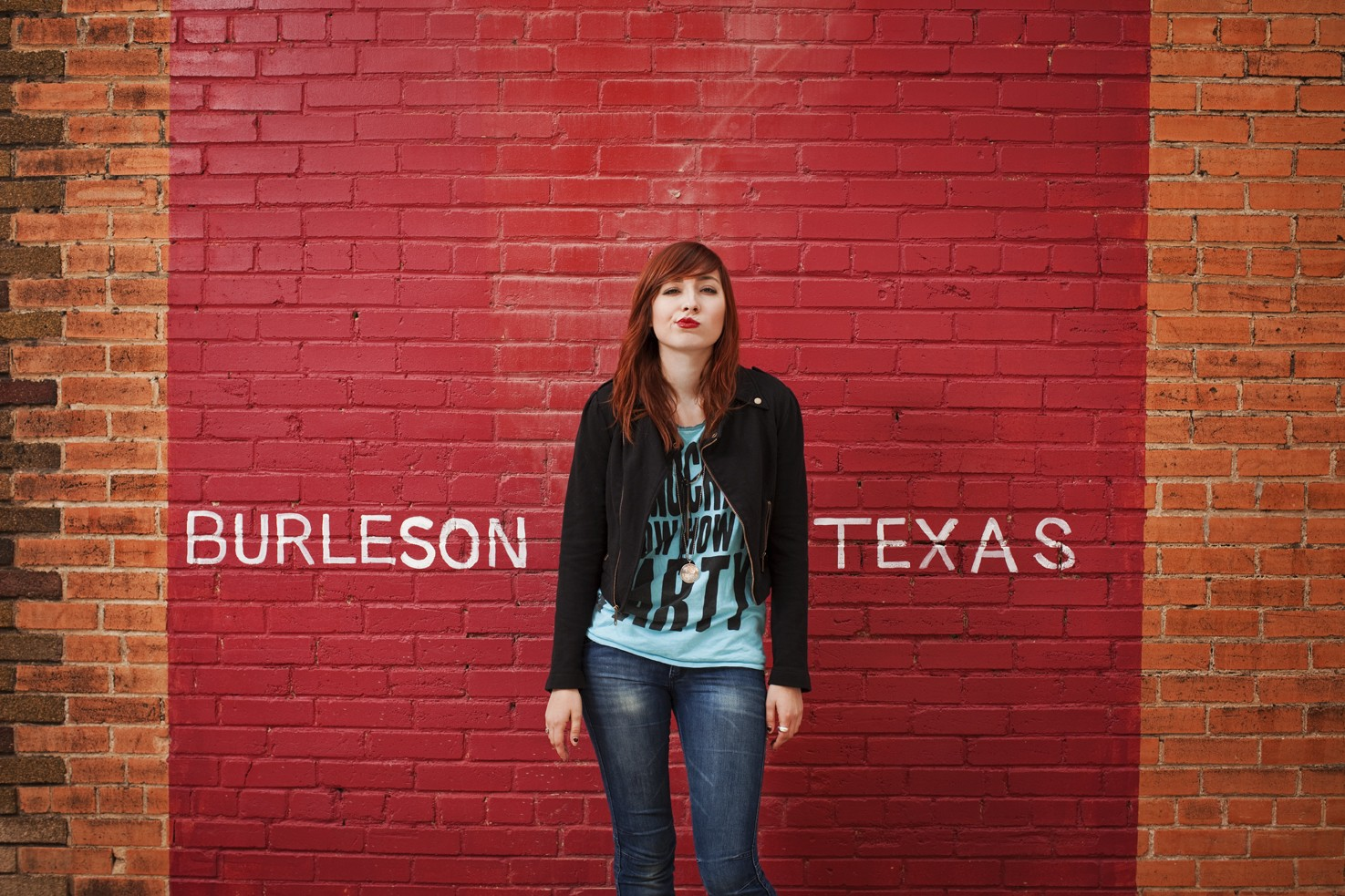 Wallpaper: un'immagine di Liz Lee tra la scritta Burleson Texas