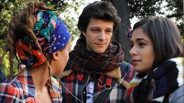 Andrea Bosca ipnotizzato da Diane Fleri nel film Febbre da fieno