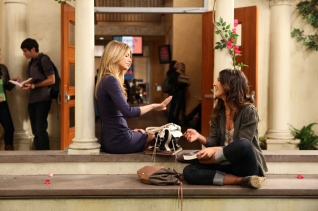 AnnaLynne McCord e Shenae Grimes nell'episodio They're Playing Her Song di 90210