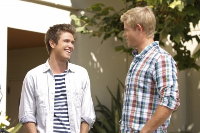 Kyle Riabko e Trevor Donovan in una scena dell'episodio Catch Me If You Cannon di 90210