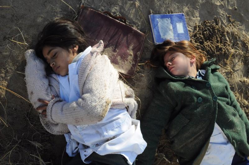 Paula Galinelli Hertzog e Sharon Herrera nel film El Premio (2011)