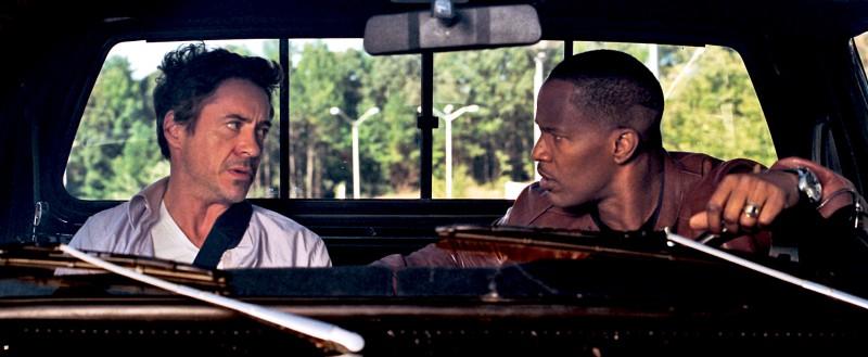 Robert Downey Jr e Jamie Foxx nella commedia Due Date