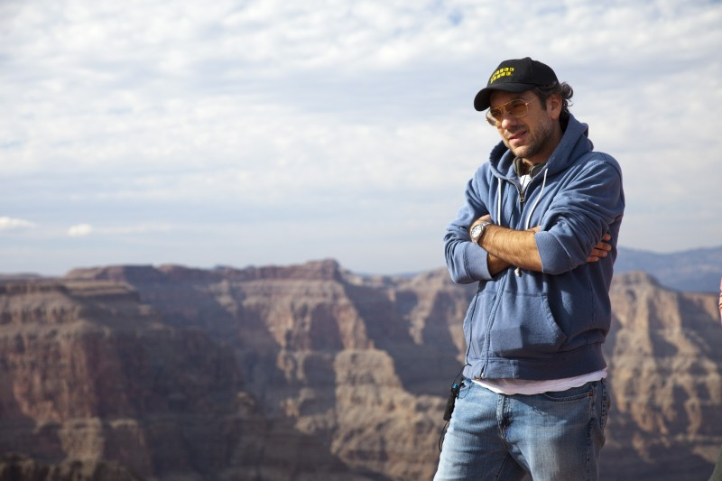 Todd Phillips durante le riprese del road movie Due Date