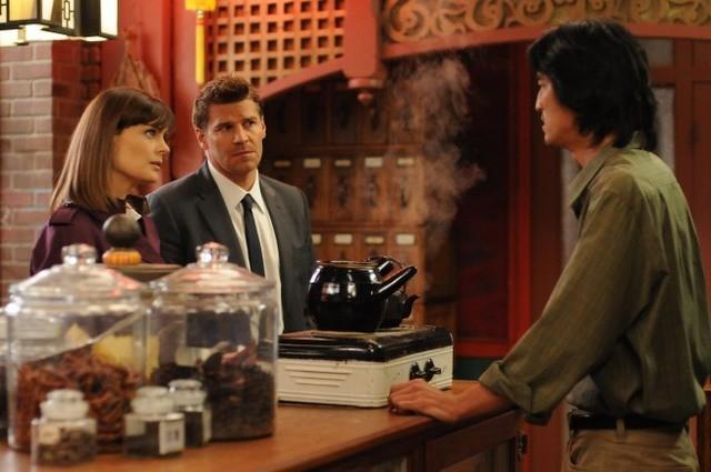 David Boreanaz e Emily Deschanel e Jack Yang nell'episodio The Body in the Bag di Bones