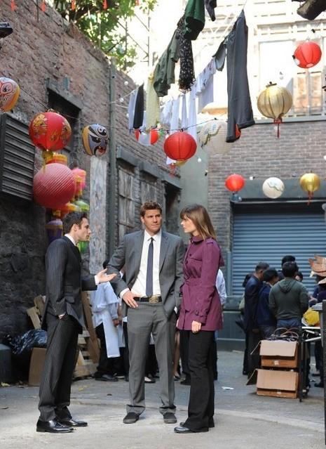 David Boreanaz e Emily Deschanel e Mark Famiglietti nell'episodio The Body in the Bag di Bones