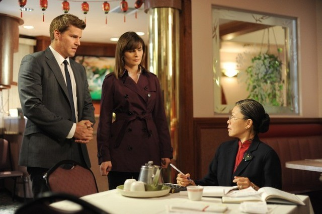 David Boreanaz e Emily Deschanel ed Elizabeth Sung nell'episodio The Body in the Bag di Bones