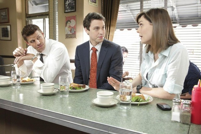 David Boreanaz, Emily Deschanel e John Francis Daley nell'episodio The Couple in the Cave di Bones