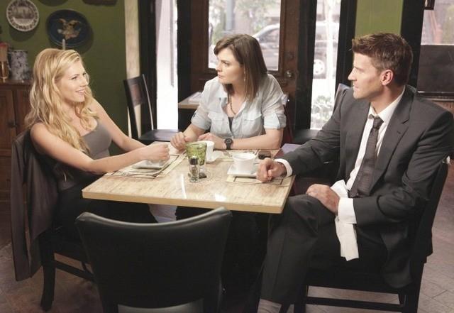 David Boreanaz, Emily Deschanel e Katheryn Winnick in una scena dell'episodio The Couple in the Cave di Bones