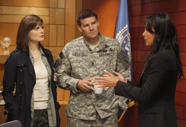 David Boreanaz, Emily Deschanel e Tamara Taylor nella premiere della stagione 6 di Bones