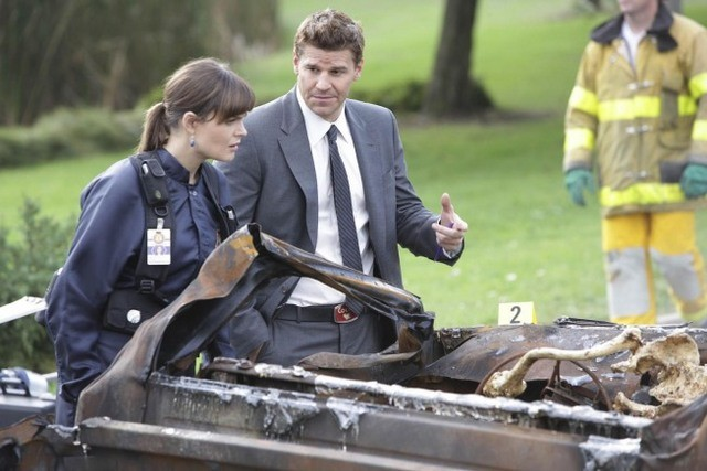Emily Deschanel e David Boreanaz in un momento dell'episodio The Twisted Bones in the Melted Truck di Bones