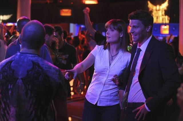 Emily Deschanel e David Boreanaz in una scena dell'episodio The Maggots in the Meathead di Bones