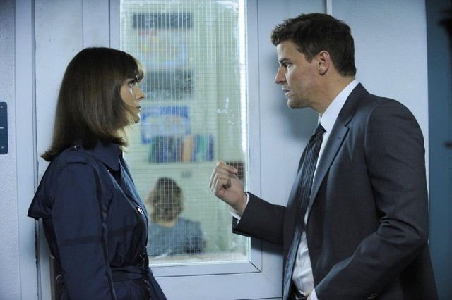 Emily Deschanel e David Boreanaz in una scena dell'episodio The Twisted Bones in the Melted Truck di Bones