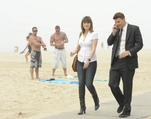 Emily Deschanel e David Boreanaz nell'episodio The Maggots in the Meathead di Bones