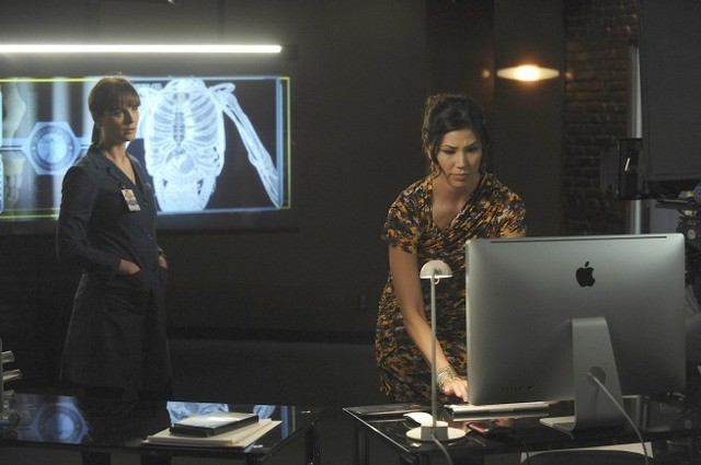 Emily Deschanel e Michaela Conlin nell'episodio The Body and the Bounty di Bones