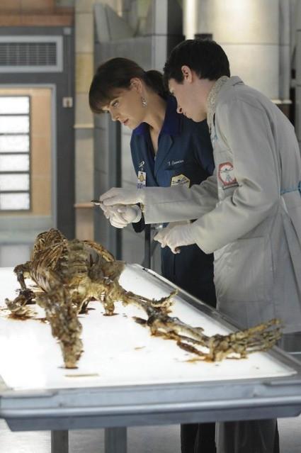 Emily Deschanel e Ryan Cartwright in una scena dell'episodio The Babe in the Bar di Bones