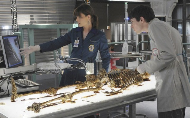 Emily Deschanel e Ryan Cartwright nell'episodio The Babe in the Bar di Bones