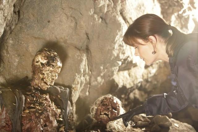 Emily Deschanel nell'episodio The Couple in the Cave di Bones