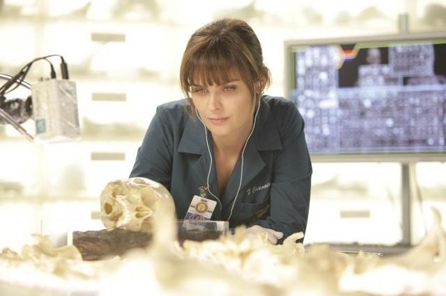 Emily Deschanel nell'episodio The Doctor in the Photo di Bones
