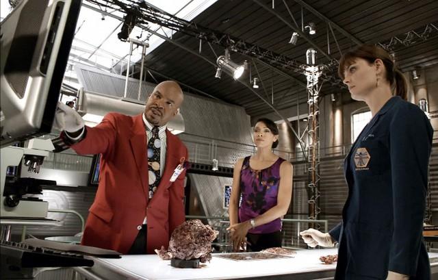 Emily Deschanel, Tamara Taylor e David Alan Grier nell'episodio The Body and the Bounty di Bones