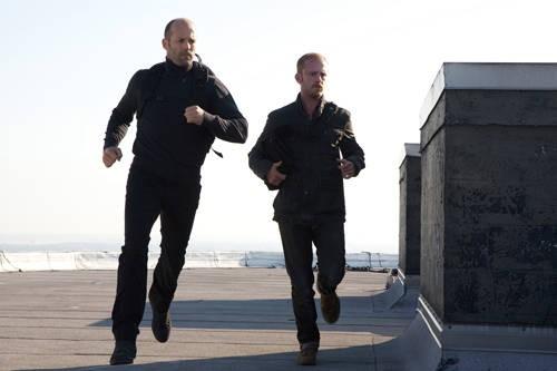Jason Statham e Ben Foster in una scena di The Mechanic