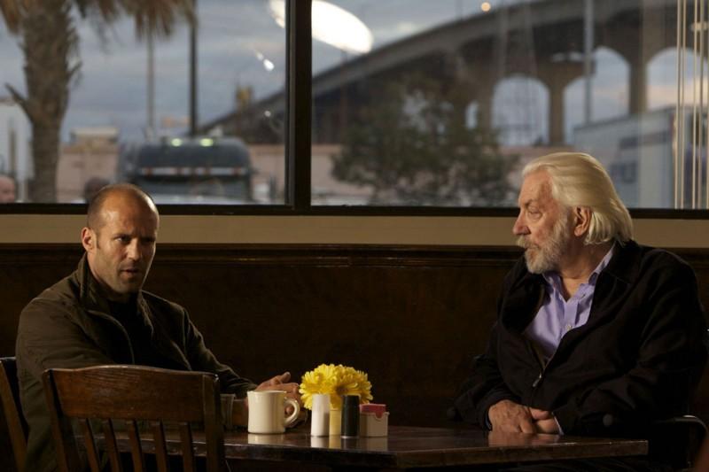 Jason Statham e Donald Sutherland in una scena di The Mechanic