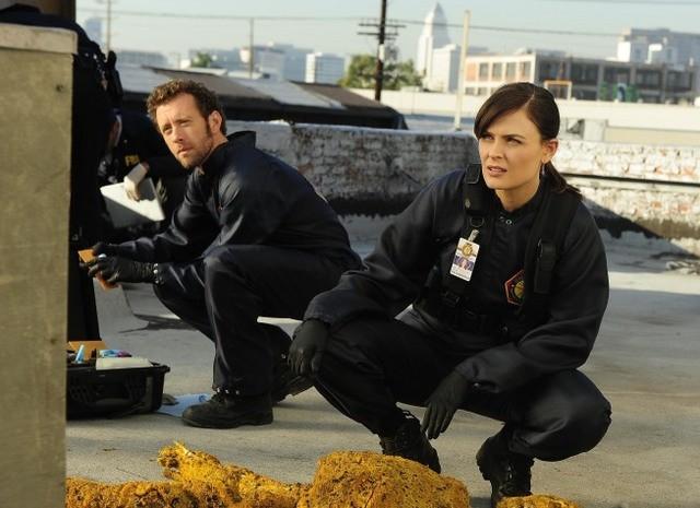 T.J. Thyne ed Emily Deschanel nell'episodio The Daredevil in the Mold di Bones