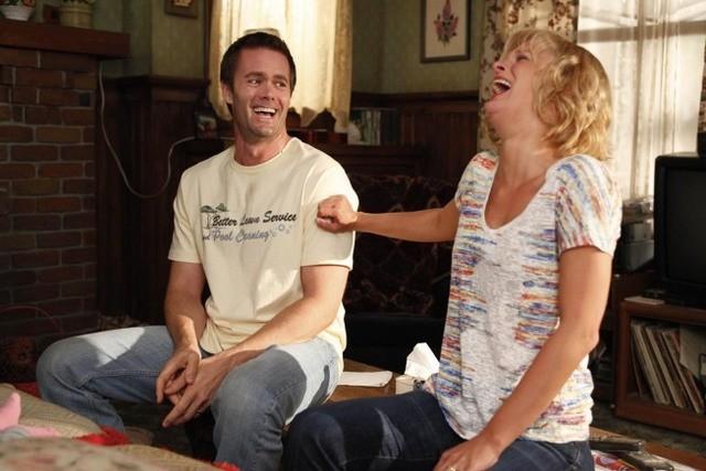 Garret Dillahunt e Martha Plimpton in una scena dell'episodio The Sniffles di Raising Hope