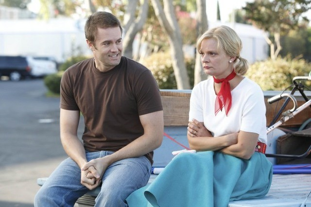 Garret Dillahunt e Martha Plimpton nell'episodio Say Cheese di Raising Hope