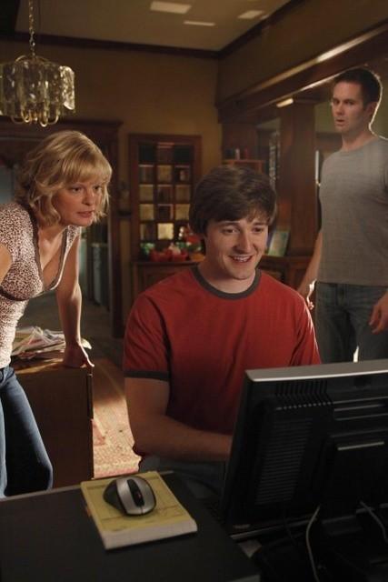 Garret Dillahunt, Martha Plimpton e Lucas Neff in una scena dell'episodio The Sniffles di Raising Hope