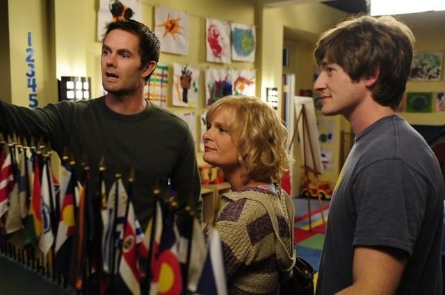 Garret Dillahunt, Martha Plimpton e Lucas Neff nell'episodio Blue Dots di Raising Hope