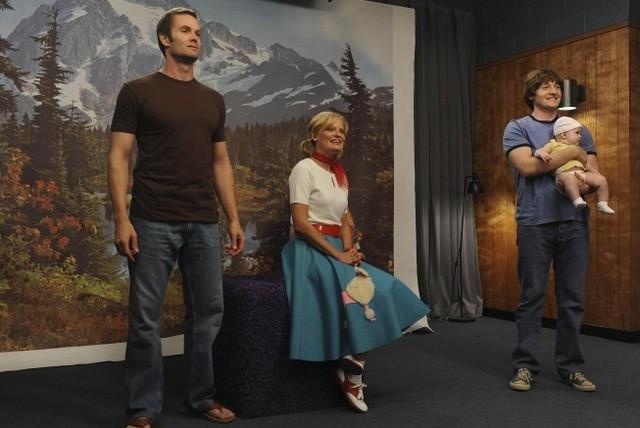 Garret Dillahunt, Martha Plimpton e Lucas Neff nell'episodio Say Cheese di Raising Hope