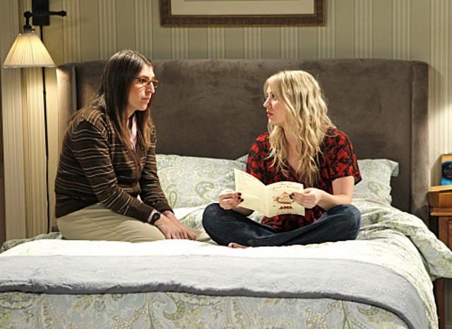 Kaley Cuoco e Mayim Bialik nell'episodio The Love Car Displacement di The Big Bang Theory