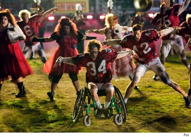 Kevin McHale in una scena dell'episodio del Super Bowl di Glee